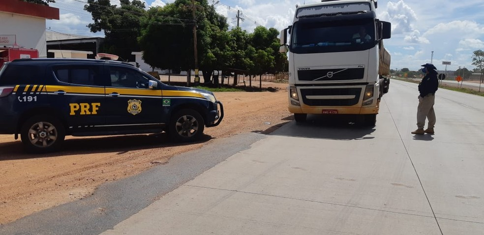 Motoristas de caminhão recebem apoio em rodovias — Foto: PRF-Divulgação