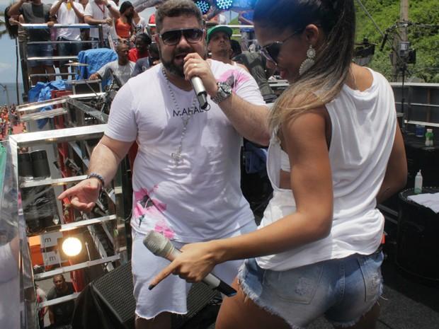 Sertanejo Danniel Vieira convidou Tays Reis, da banda Vingadora, para cantar com ele no Arrastão (Foto: Robson Oliveira/Ag Haack)