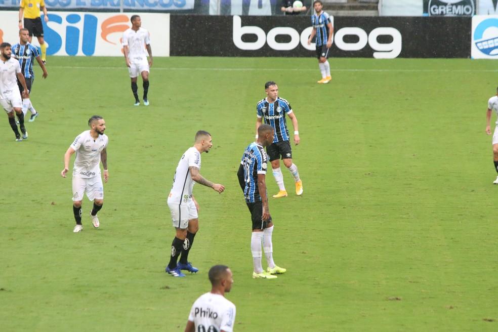 Jean Pyerre e Pepê próximos em campo pelo Grêmio — Foto: Eduardo Moura