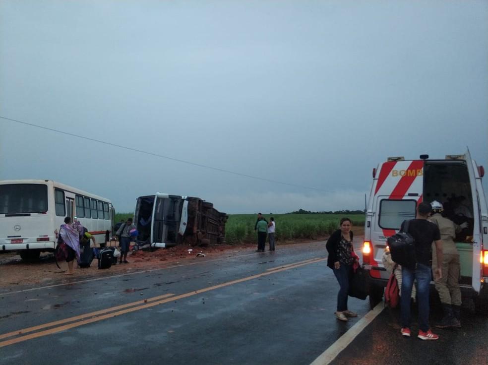 O motorista perdeu o controle do ônibus e tombou na MT-249 — Foto: Corpo de Bombeiros de Mato Grosso/Nova Mutum