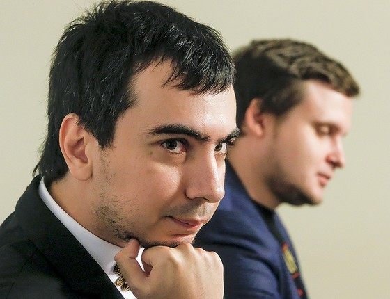 TROLADORES Vladimir Kuznetsov  (à esq.) e Alexei Stolyarov, conhecidos  como Vovan e Lexus. Bem-vistos pelo Kremlin,  aplicam trotes em políticos americanos (Foto: Sergei Karpukhin/Reuters)
