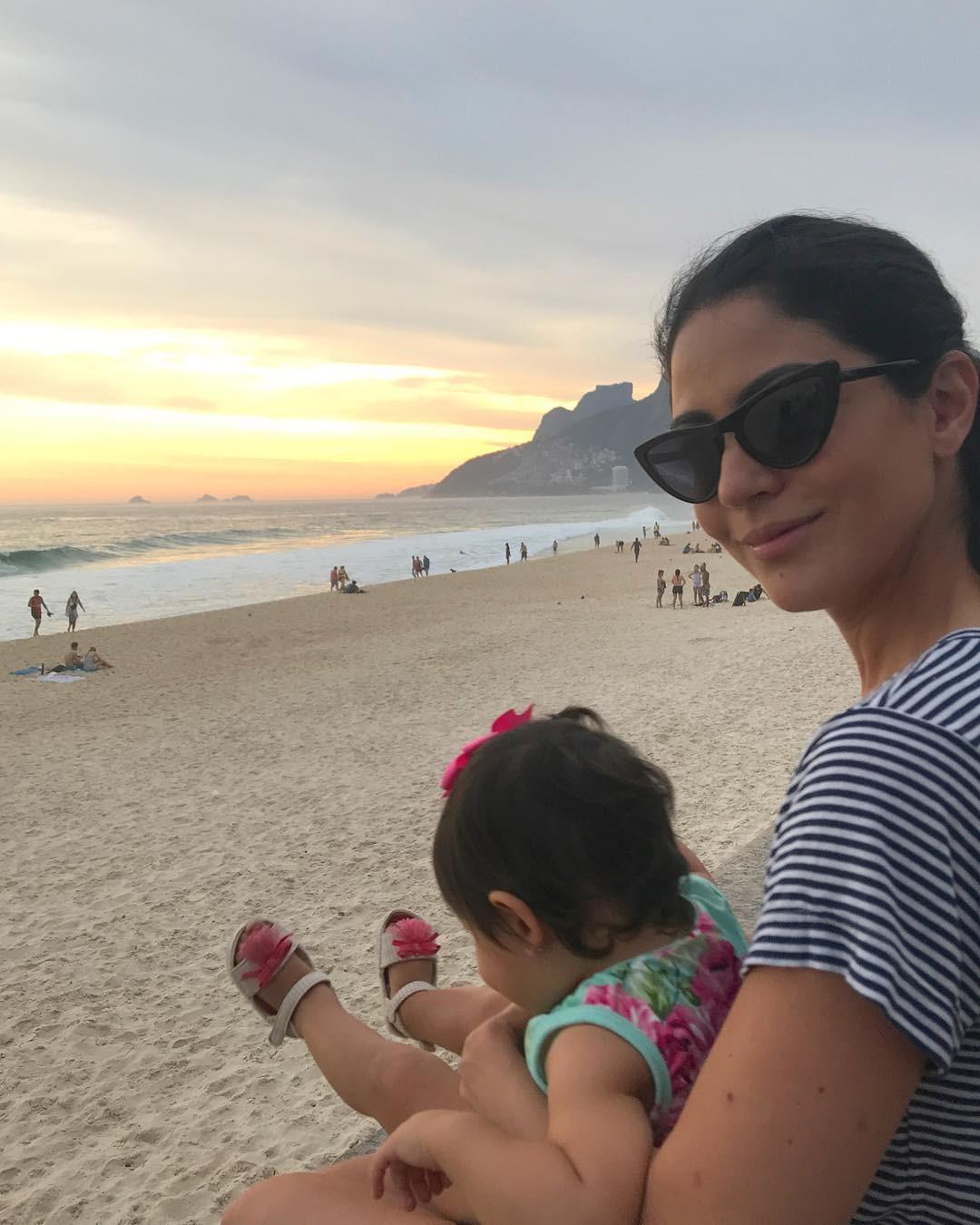 Praia é passeio garantido para Nina, filha de Carol Castro (Foto: Reprodução / Instagram)