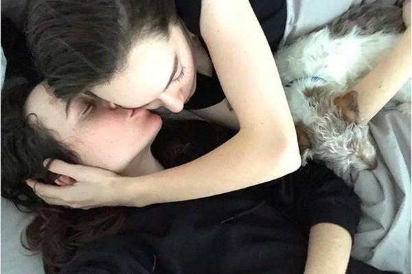 A foto compartilhada pela atriz Ellen Page com ela abraçada com a esposa e que causou polêmica nas redes sociais (Foto: Instagram)