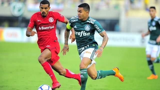 Dudu marcou o gol do Palmeiras no primeiro tempo