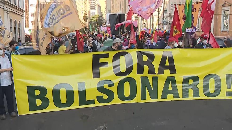Protesto contra Bolsonato reuniu manifestantes em frente à Prefeitura de Porto Alegre na tarde deste sábado (3) — Foto: RBS TV