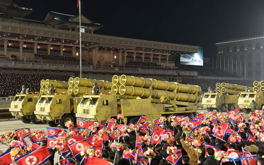 Equipamento militar é visto em desfile para celebrar o oitavo Congresso do Partido dos Trabalhadores em Pyongyang, na Coreia do Norte, na quinta-feira (14) — Foto: KCNA via Reuters