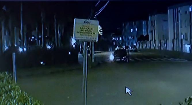 Bebê de oito meses é encontrado em rua de Porto Alegre após ser levado durante roubo a carro - Notícias - Plantão Diário
