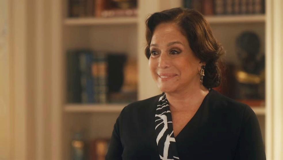 Emília (Susana Vieira) perdoa Zeca (Eduardo Sterblitch) em 'Éramos Seis' — Foto: Globo