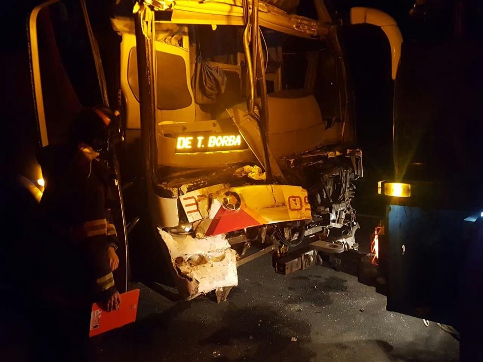 Ônibus bateu na traseira de um caminhão na Rodovia Raposo Tavares em Itapetininga  (Foto: Arquivo Pessoal)