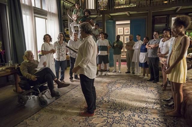Antonio Fagundes grava a cena da festa de despedida de Alberto em 'Bom sucesso' (Foto: Camilla Maia/TV Globo)