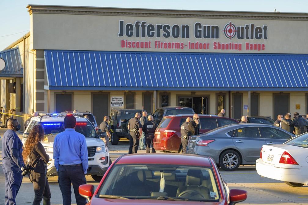 Policiais isolam cena de tiroteio em loja de armas de Metairie, subúrbio de Nova Orleans, nos EUA — Foto: Matthew Hinton/AP