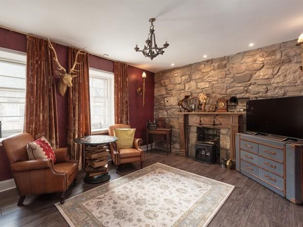 Sala de estar do apartamento temático de Harry Potter, em Edimburgo (Foto: Divulgação)