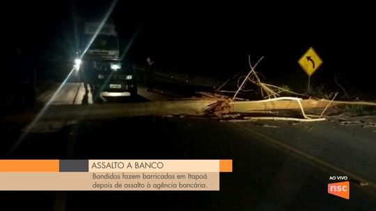 Bandidos arrombam agência bancária em Itapoá e bloqueiam vias durante a fuga