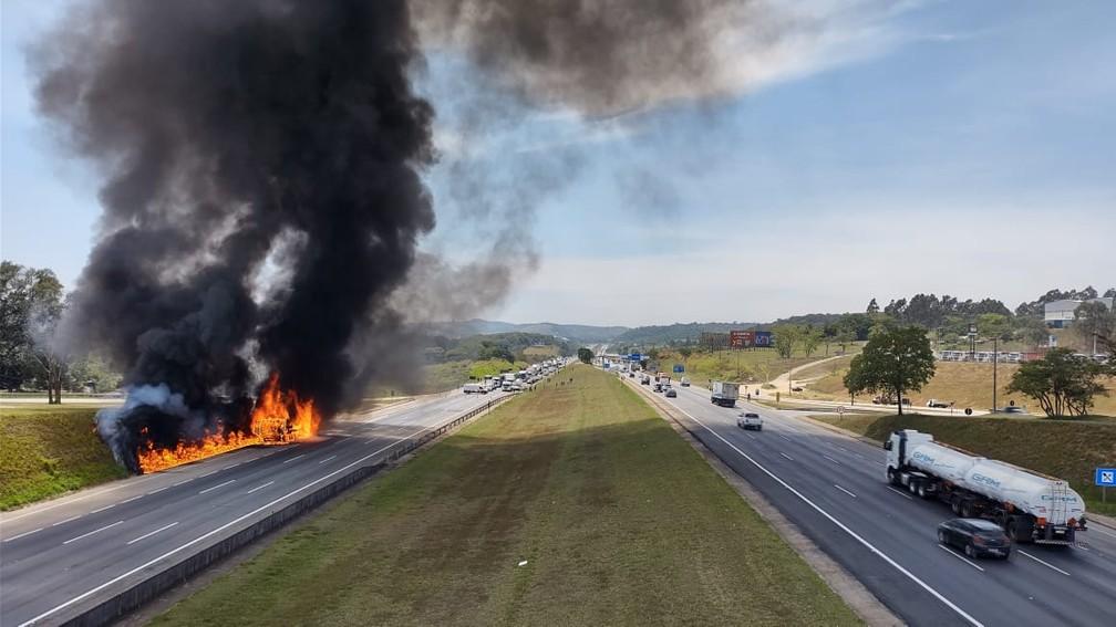 Caminhão pega fogo e interdita pista da Castello Branco em Itu — Foto: Anderson Cerejo/TV TEM