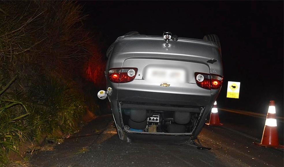 Carro capotou e foi parar no acostamento em Paraguaçu Paulista — Foto: Manoel Moreno/i7 Notícias