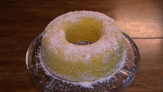 Aprenda a fazer bolo de milho com coco