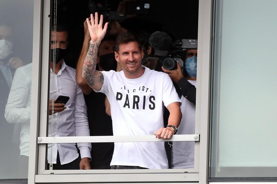 Messi chega a Paris para fazer exames e assinar contrato com o PSG