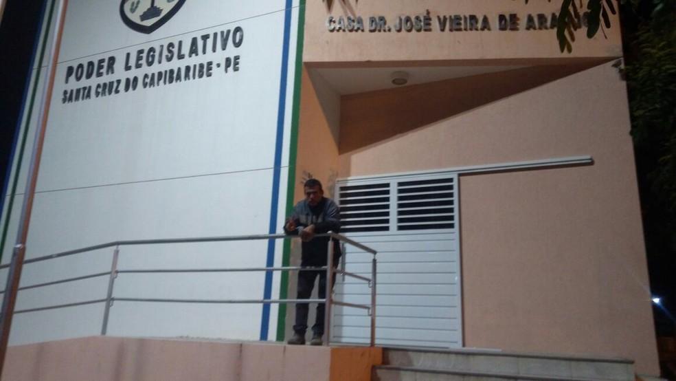 Clodoaldo está dormindo em frente à Câmara de Vereadores (Foto: Ney Lima/Arquivo Pessoal)