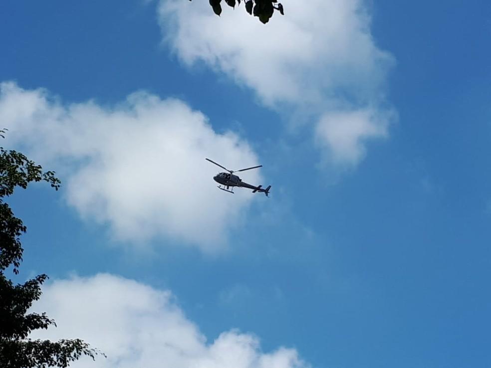 Helicóptero da Marinha sobrevoou área de paralisação de caminhoneiros no Porto de Santos, SP, neste domingo (27) (Foto: Rodrigo Nardelli/G1 Santos)