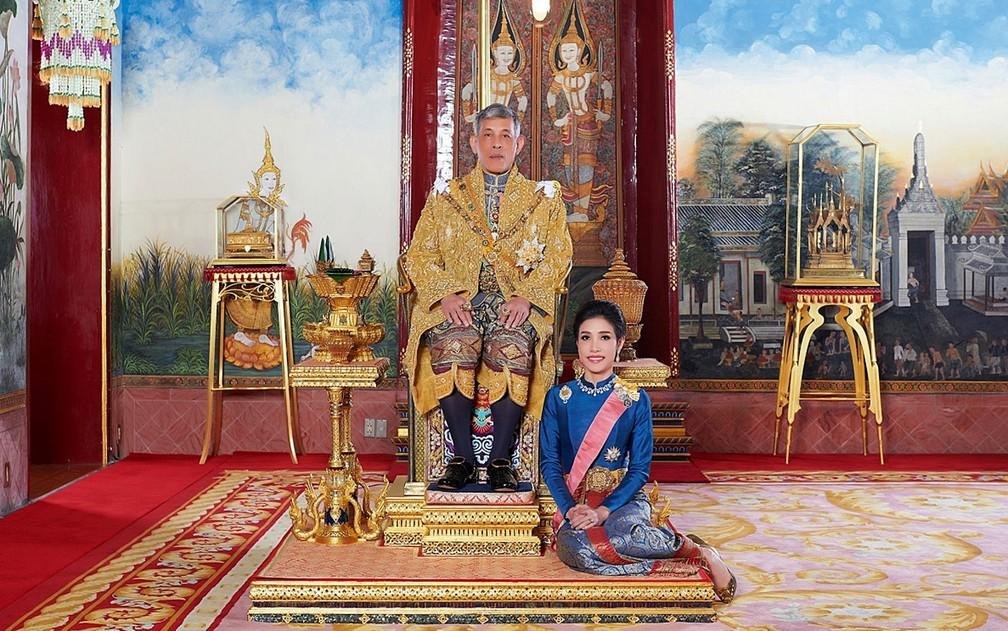 'O rei está enviando um sinal de que ninguém pode agir contra ele' — Foto: Royal Household Bureau/Handout via Reuters