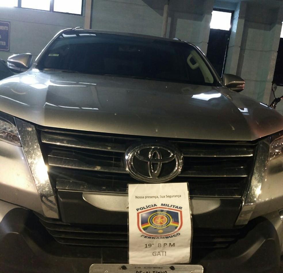 Carro do cantor Jorge de Altinho que tinha sido roubado foi recuperado pela PM (Foto: Polícia Militar/Divulgação)