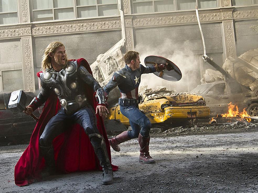 Thor e o Capitão América em cena da batalha final do filme 'Os Vingadores' — Foto: Marvel