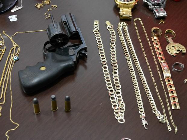 Com suspeitos, polícia apreendeu revólver calibre 38 (Foto: Franciele do Vale/ G1)