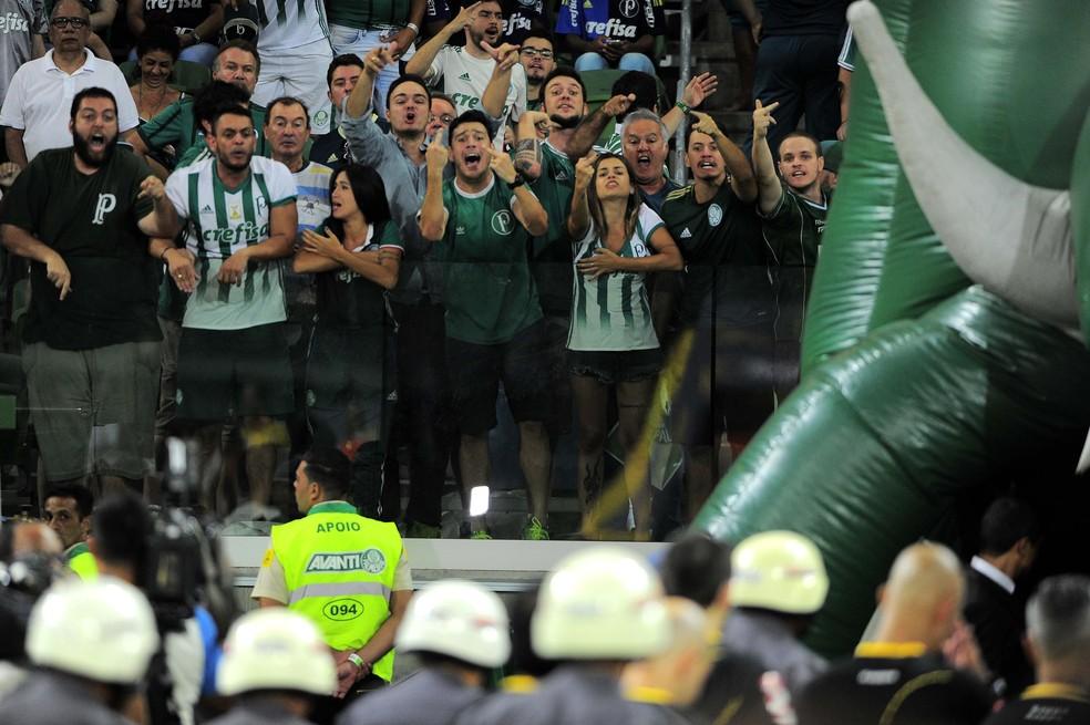 Arbitragem sai de campo hostilizada por torcedores do Palmeiras (Foto: Marcos Ribolli)
