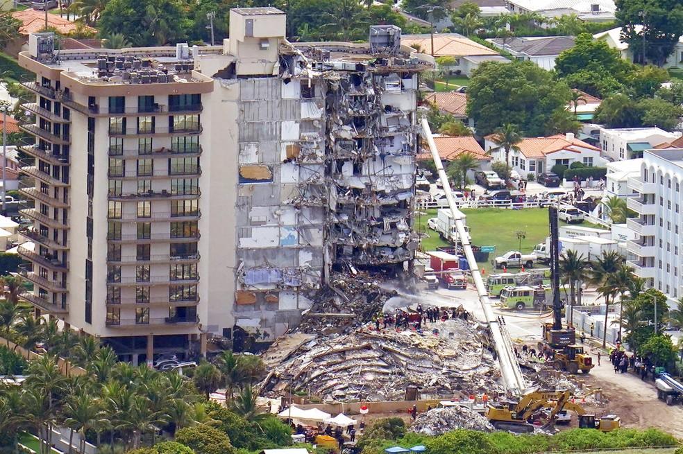 Escombros de parte do prédio que desabou em Surfside, na região de Miami, em foto de sábado (26) — Foto: Gerald Herbert/AP