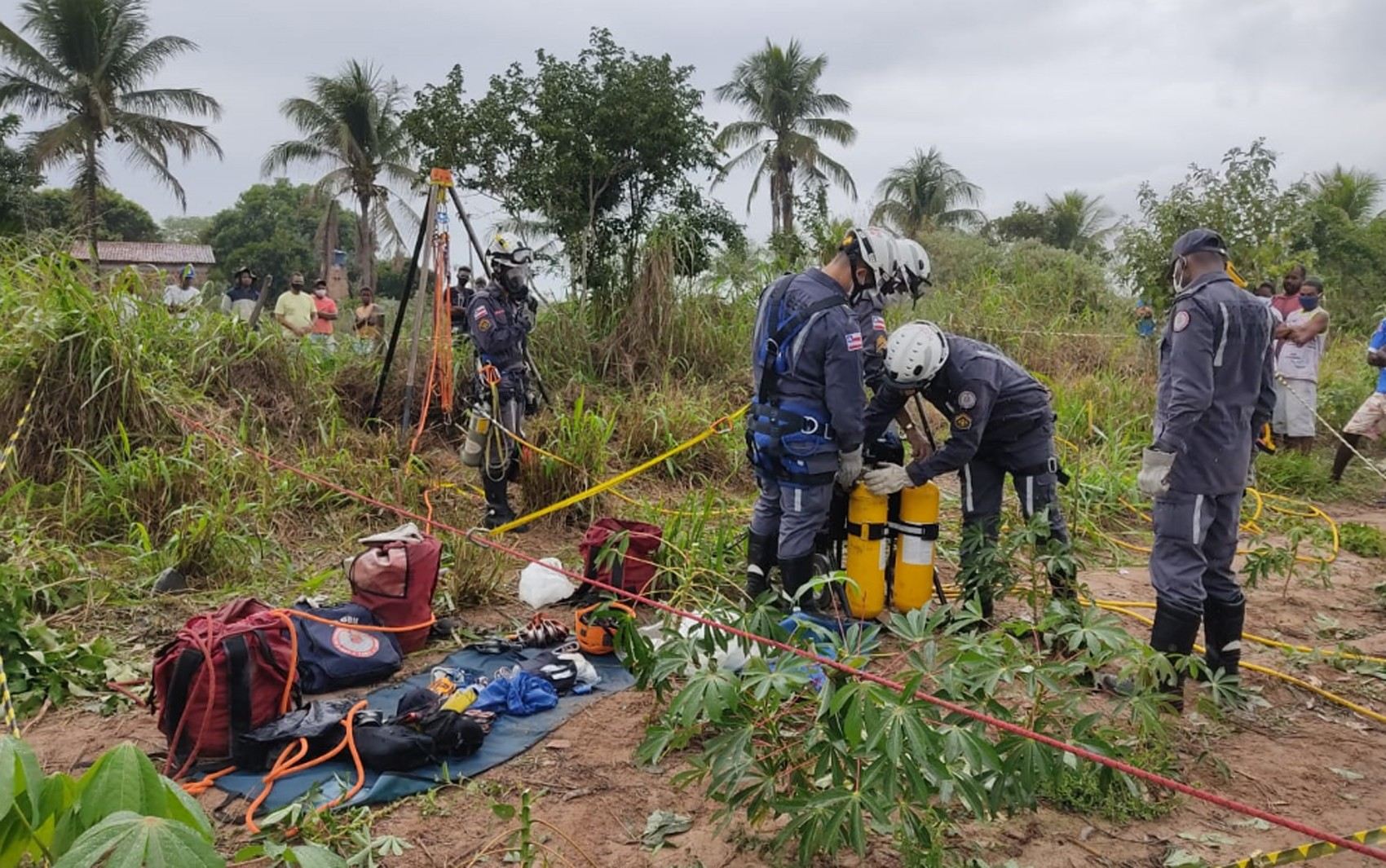 Adolescente cai em poço com cerca de 22 metros de profundidade e é resgatado por bombeiros na Bahia