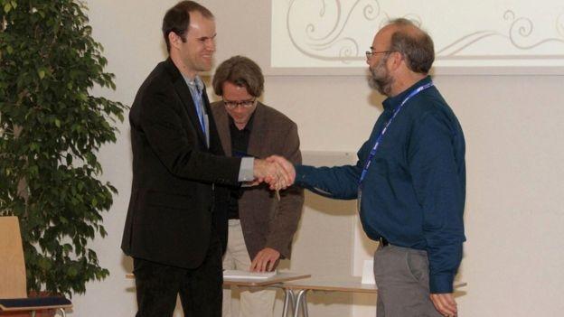 Narcizo foi o primeiro pesquisador da América Latina a ganhar o prêmio Dale Sayers Award, da Sociedade Internacional de Absorção de Raios-x (Foto: Arquivo pessoal via BBC News Brasil)