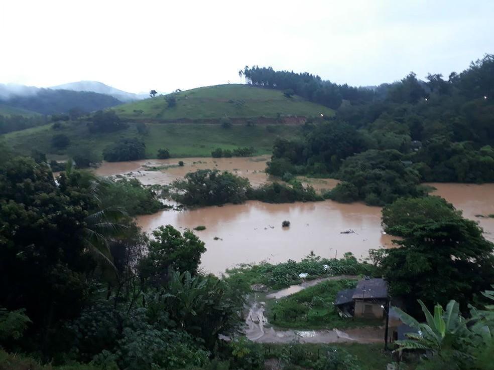 Cheia do Rio Muriaé atingiu bairros ribeirinhos em Muriaé neste fim de semana  (Foto: Prefeitura de Muriaé/Divulgação)