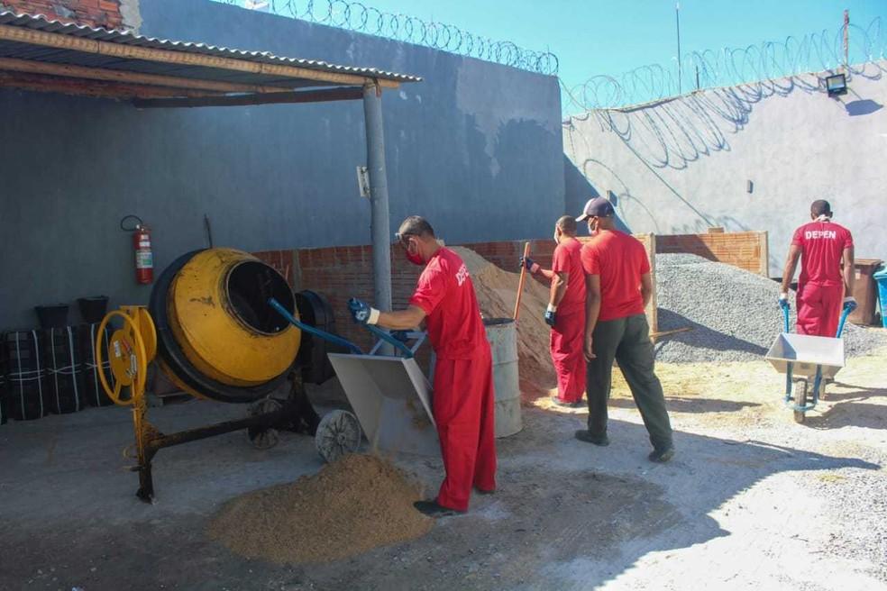 Bloquetes produzidos na unidade serão usados na pavimentação e manutenção de ruas em Pedras de Maria da Cruz (MG) — Foto: Sejusp/Divulgação