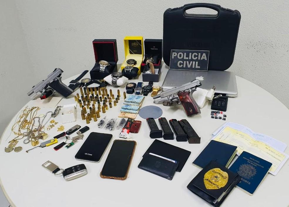 Objetos apreendidos com o suspeito no hotel. — Foto: Divulgação/PCCE
