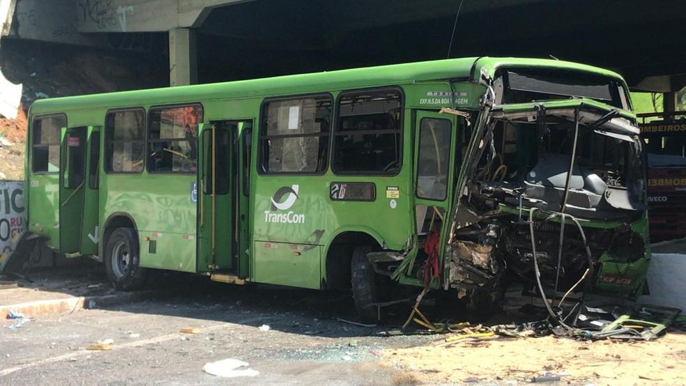 Queda de ônibus em viaduto foi na Avenida João César de Oliveira, em Contagem — Foto: Odilon Amaral/TV Globo