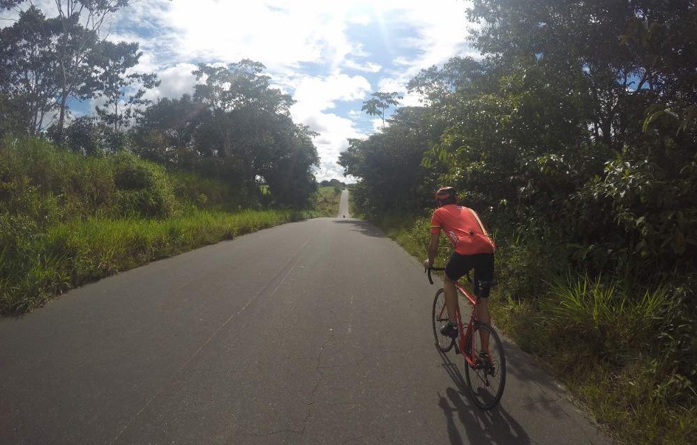 Professor adota bike como meio de transporte e pedala 12 km até universidade onde trabalha no interior do AC