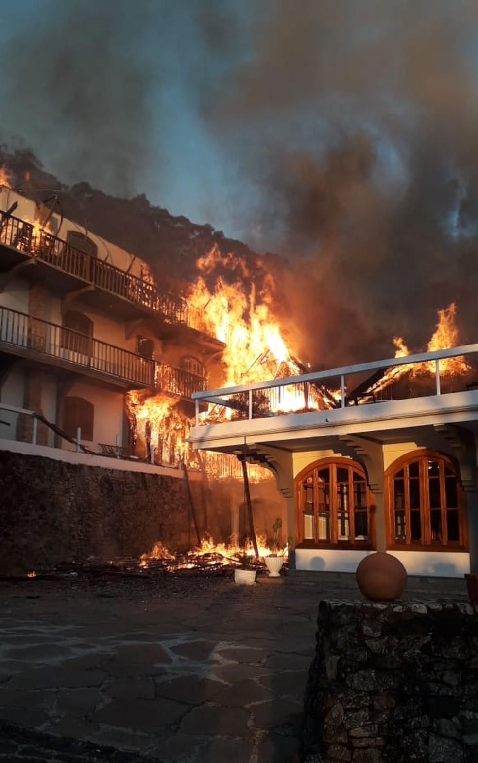 Fogo destruiu hotel em Campos do Jordão — Foto: Divulgação/ Corpo de Bombeiros