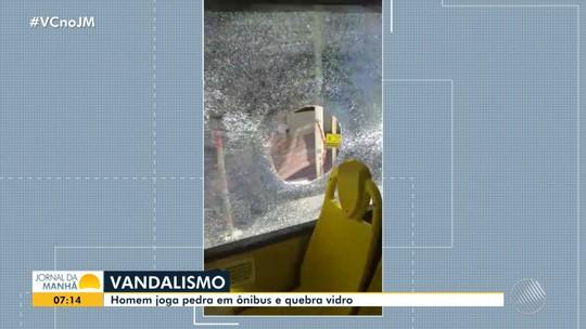 Homem joga pedra em ônibus e quebra vidra no domingo, no bairro da Barra