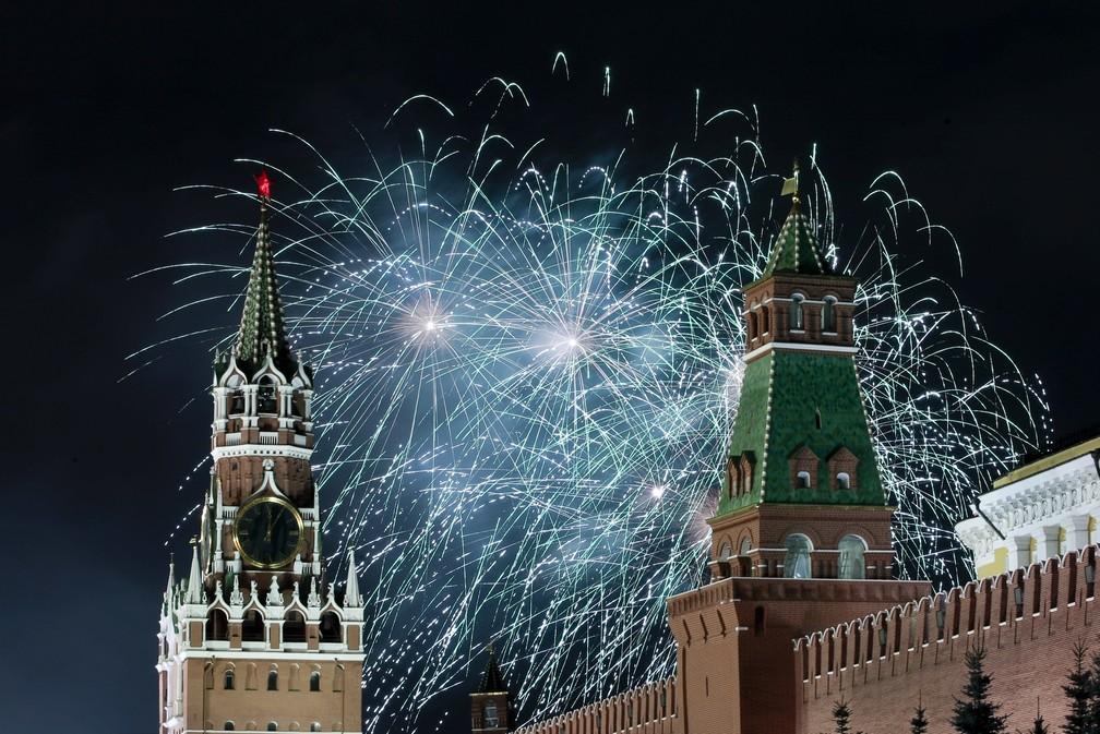 Fogos de artifício explodem em meio às celebrações de Ano Novo em Moscou, na Rússia, na quarta-feira (1º). — Foto: Denis Tyrin/AP