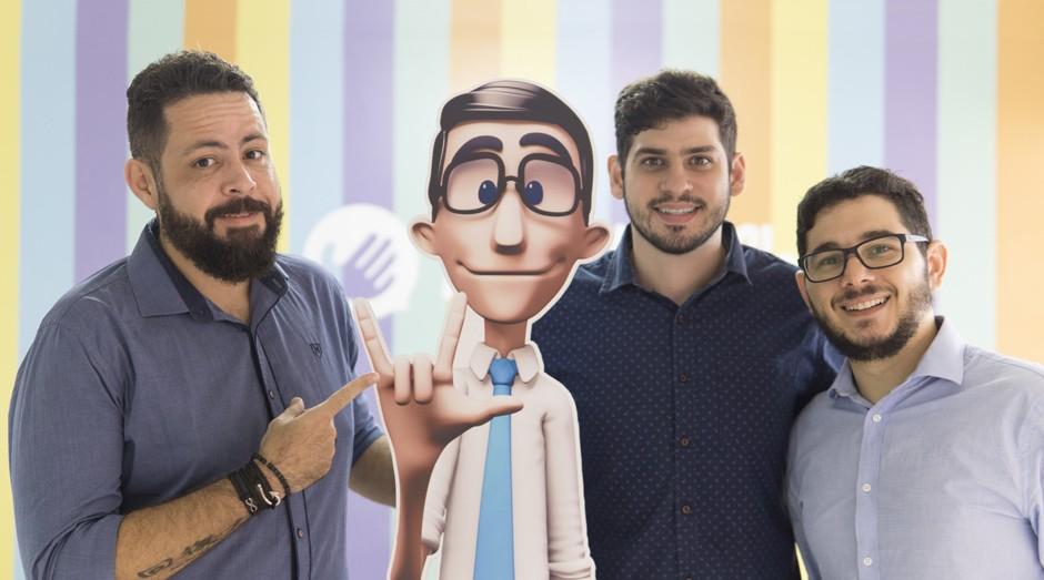 Carlos Wanderlan, Ronaldo Tenório e Thadeu Luz posam com o intérprete virtual Hugo (Foto: Divulgação)