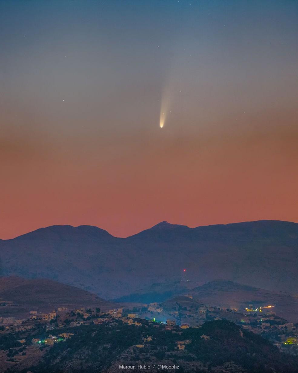 Cometa Neowise é fotografado no céu do Líbano em 7 de julho de 2020  — Foto: Maroun Habib (Moophz)/Nasa