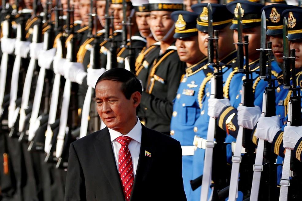 Presidente de Mianmar, Win Myint, em revista às tropas em foto de 2018 — Foto: Soe Zeya Tun/Pool/Arquivo via Reuters
