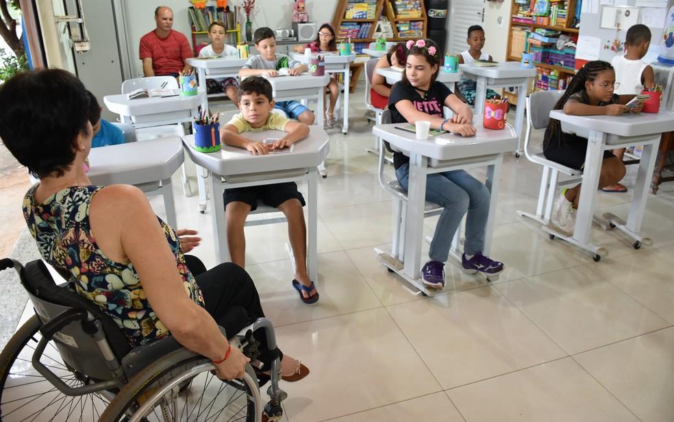 Crianças aprendem português e matemática nas aulas da tia Sônia e do tio Jeferson em Ribeirão Preto (SP) — Foto: Pedro Martins/G1