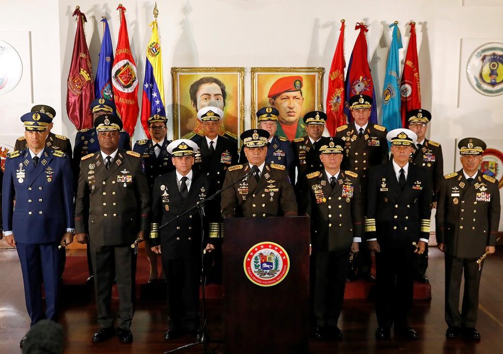 O mnistro da Defesa da Venezuela, Vladimir Padrino, falou hoje à imprensa ao lado dos comandantes militares — Foto: Manaure Quintero/Reuters