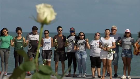 Familiares e amigos homenageiam atleta morto em prova do Ironman em Fortaleza