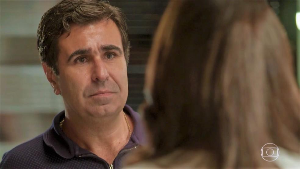 Hugo (Orã Figueiredo) demonstra sua decepção com as atitudes de Carol — Foto: TV Globo