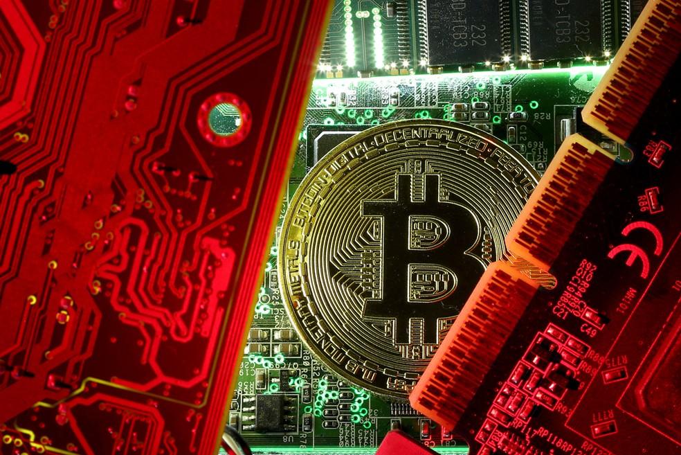 Foto ilustrativa de Bitcoin na placa mãe de um computador (Foto: Dado Ruvic/Reuters/Arquivo)