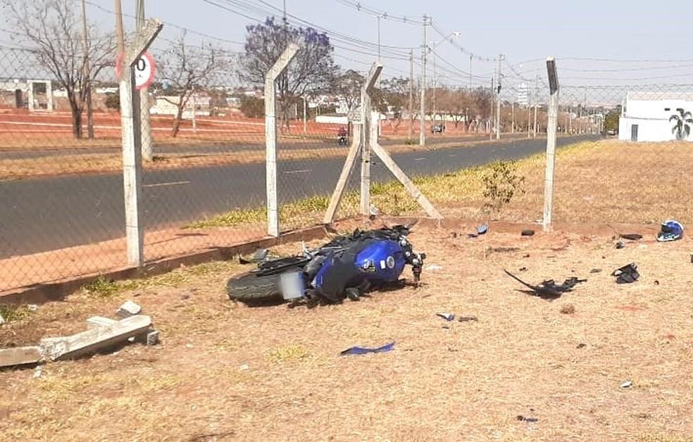 Motocicleta acabou parando dentro de uma área cercada; homem foi socorrido pelo Samu, mas não resistiu — Foto: Arquivo pessoal