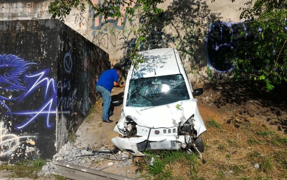 Por causa do acidente, carro foi parar em barranco ao lado a pista (Foto: Vanessa Martins/G1)