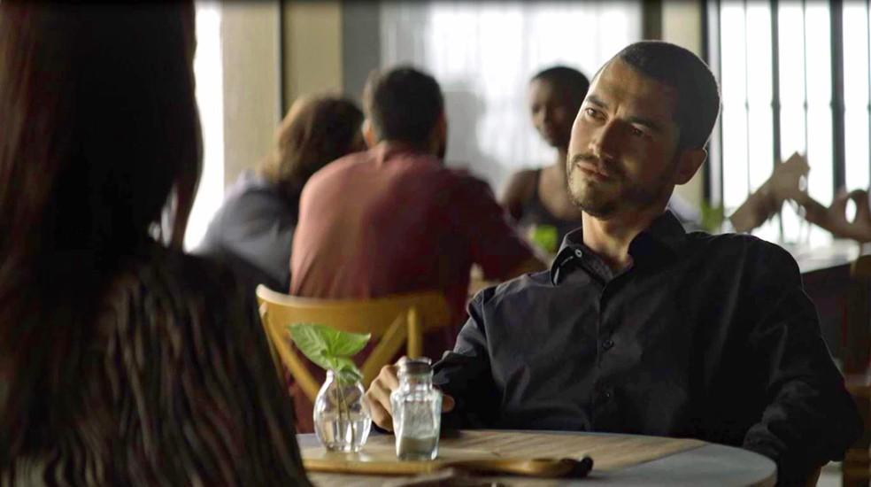 Camilo (Lee Taylor) diz a Vivi (Paolla Oliveira) que descobriu que Chiclete (Sergio Guizé) era justiceiro, em 'A Dona do Pedaço' — Foto: Globo